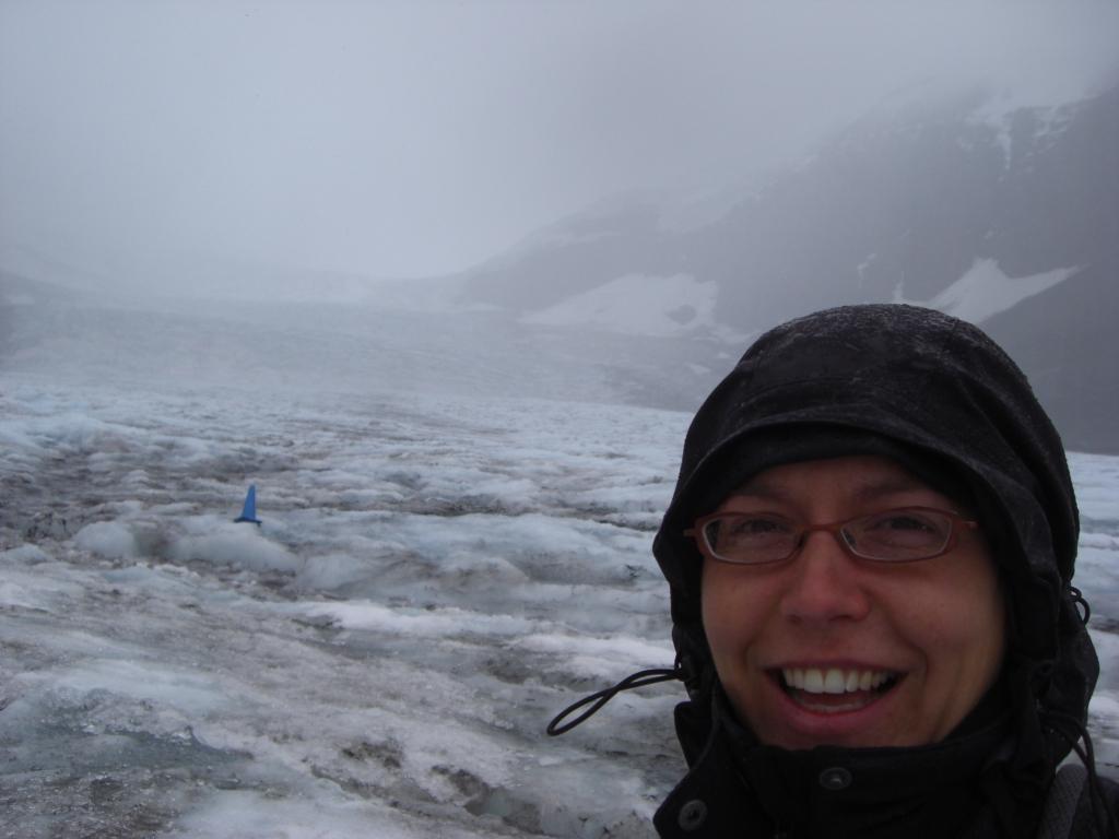 Anna im Regen auf Gletscher