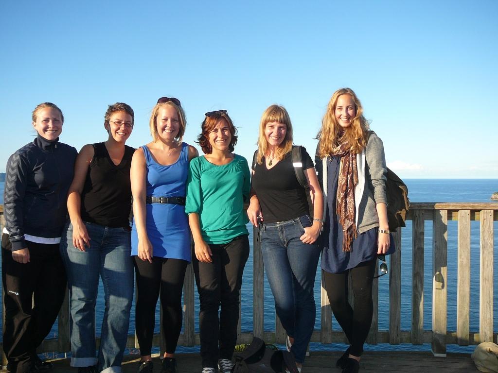 Horde Mädels auf dem Weg zu Cathedral Cove