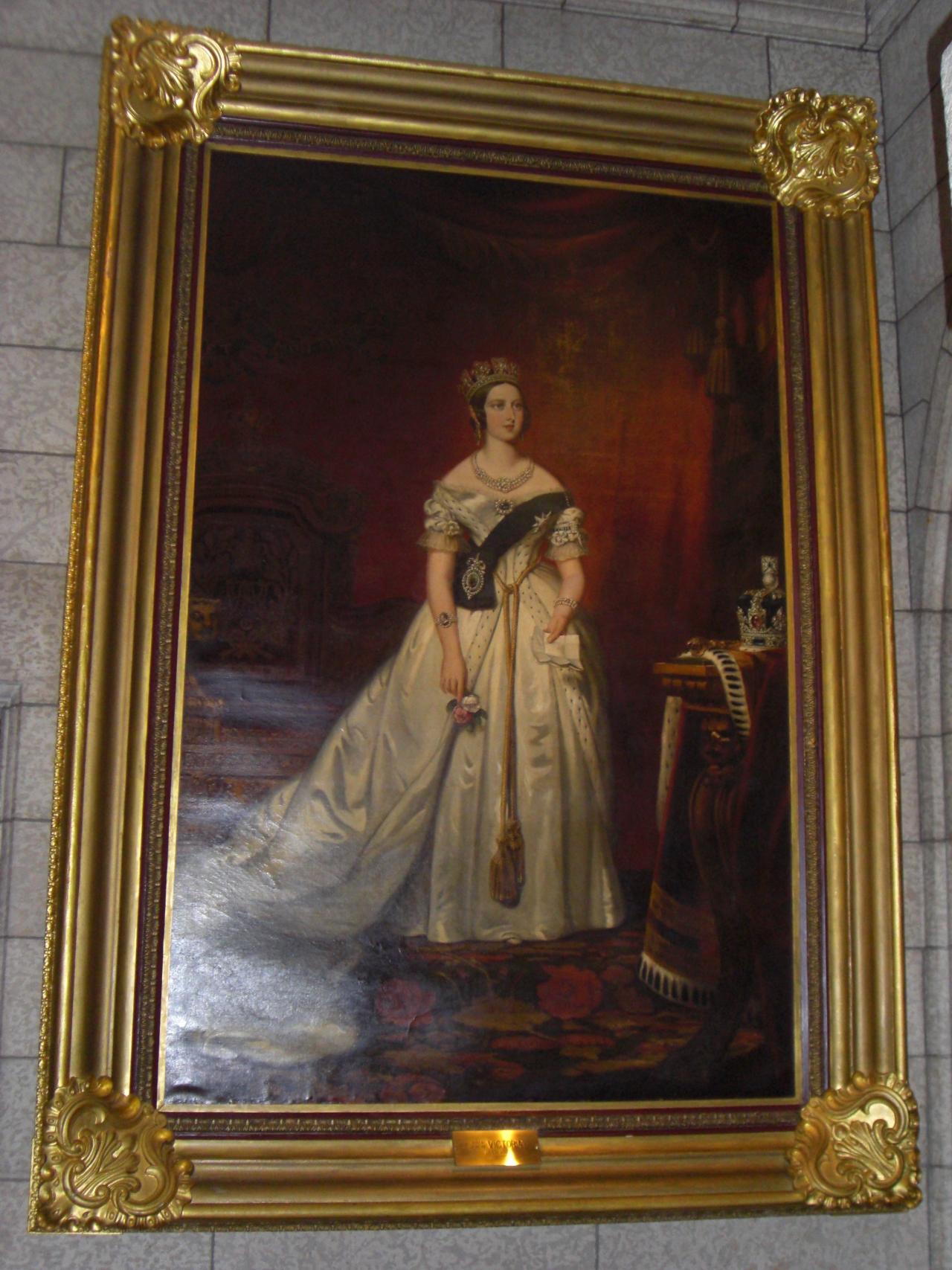 Die Königin mag das Bild nicht und hat es deshalb den Kanadiern geschenkt. Und was machen die? Riskieren ihr Leben, um es aus einem Feuer zu retten.