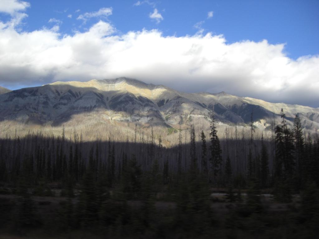 Wolken machen schöne Schatten auf schönen Bergen